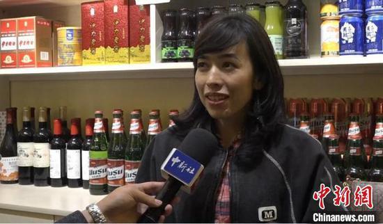 孜巴在餐馆接受中新社记者采访。 张践 摄