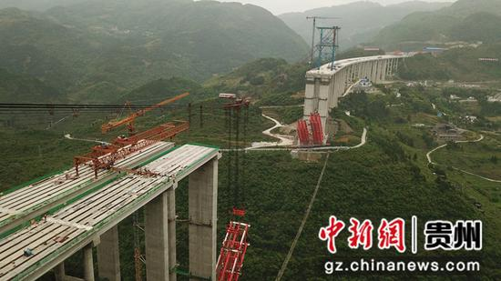 航拍大发渠特大桥最后一片T梁吊装到位。