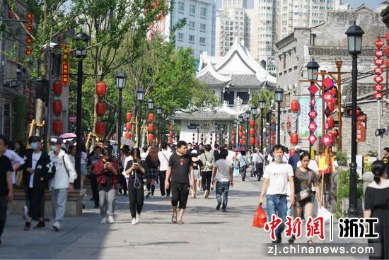 """溫州鹿城""""五一""""假期街景。黃亦慧 攝"""