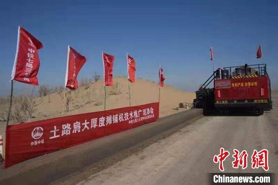 探访新疆首条沙漠高速公路建设现场