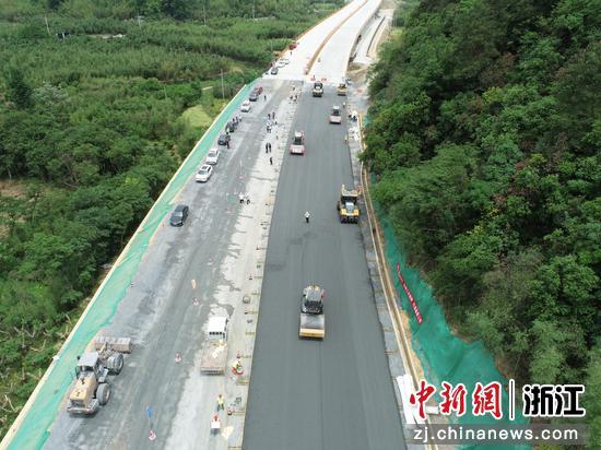 浙江临建高速路面施工启动。 浙高建公司临建指挥部供图