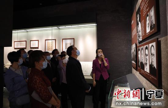 寧夏黨委統戰部組織黨員干部參觀寧夏博物館紅色教育基地。楊迪 攝