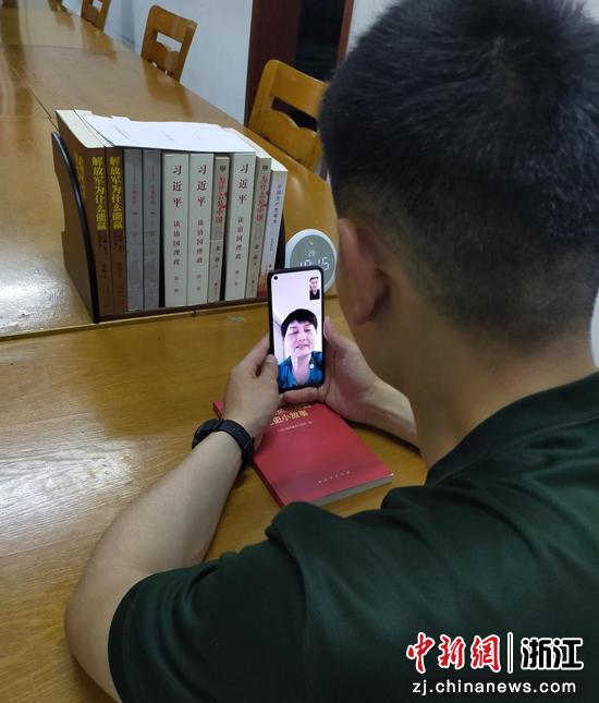 武警官兵正在与母亲视频通话 袁铭宏 摄