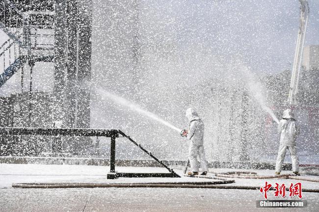 广西南宁:百名消防员练兵备战