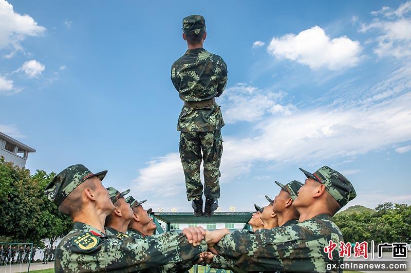 广西武警新兵开展趣味游戏 催生战斗力