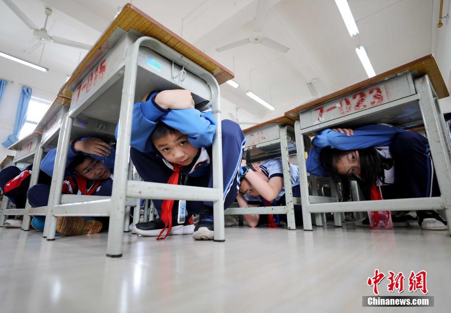 广西北部山区小学开展应急演练学习逃生技巧
