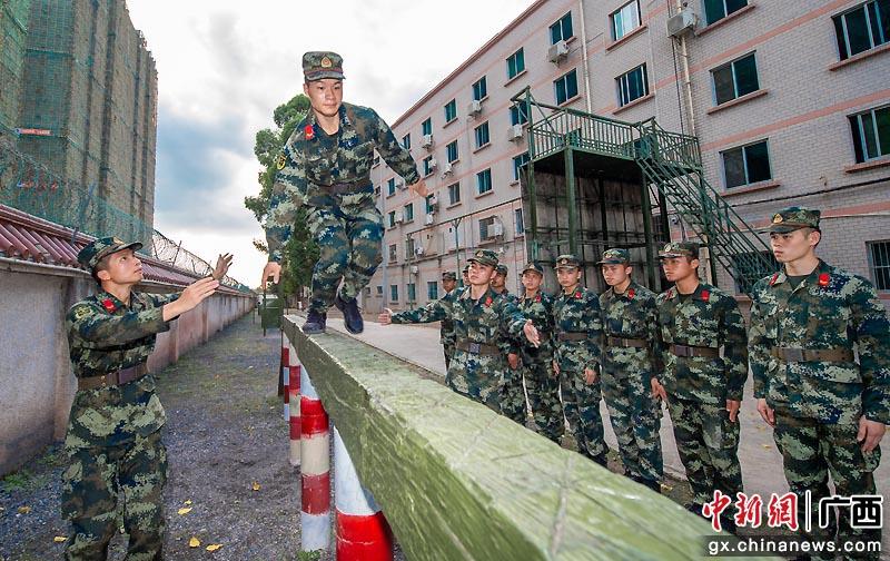 广西贵港武警官兵初夏练兵忙