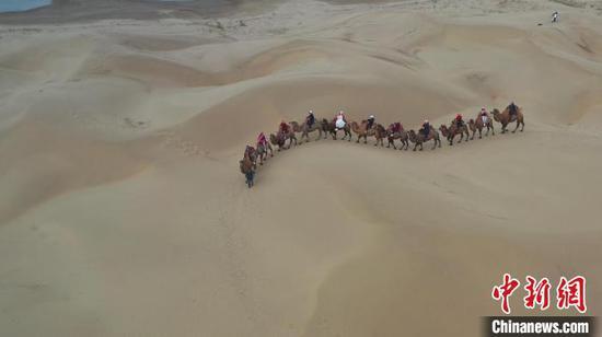 新疆塔克拉玛干沙漠迎来旅游热潮