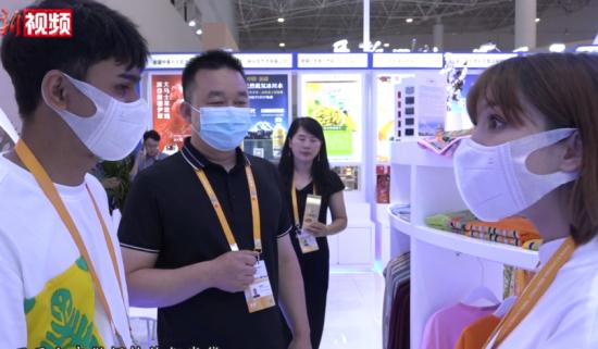 """消博会上的95后维吾尔族夫妻:将民族服饰做成""""国潮""""品牌"""