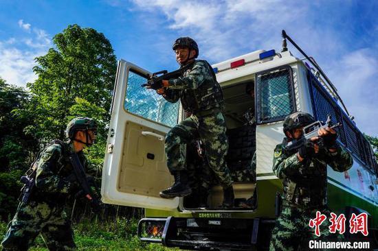 贵州武警开展山林地捕歼战斗训练