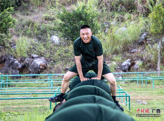 武警廣西總隊新兵體能訓練趣味多