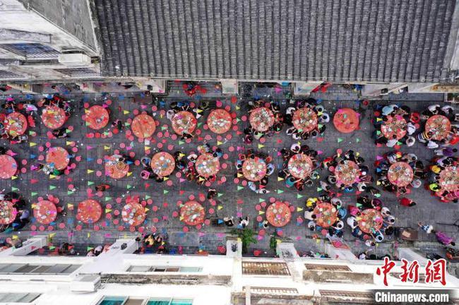廣西融安百年騎樓老街舉行長街宴