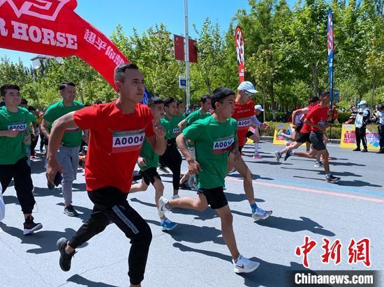 """""""中国旅游日""""best365官网登录分会场在阿克苏举行,图为参加千米赛跑的市民。 王思超 摄"""