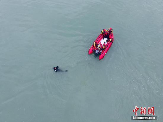 汛期已至 貴州多地消防開展水域救援訓練