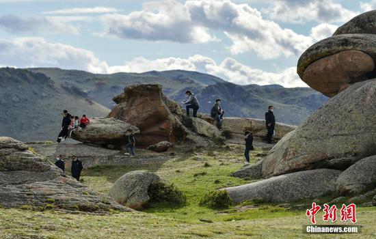 新疆吉木乃草原石城獨特石蛋地貌吸引游客
