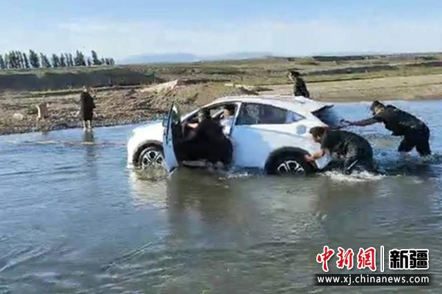 司機為抄近路被困河中 額敏縣民警頭頂烈日緊急救援
