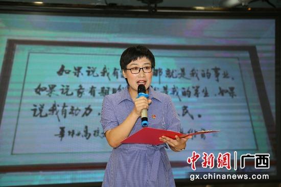 图为:参赛选手在舞台上讲述红色故事潘志安 摄