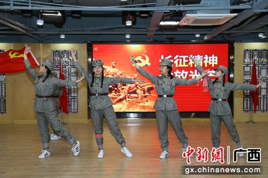 图为:参赛选手通过情景剧形式讲述红色故事 潘志安 摄