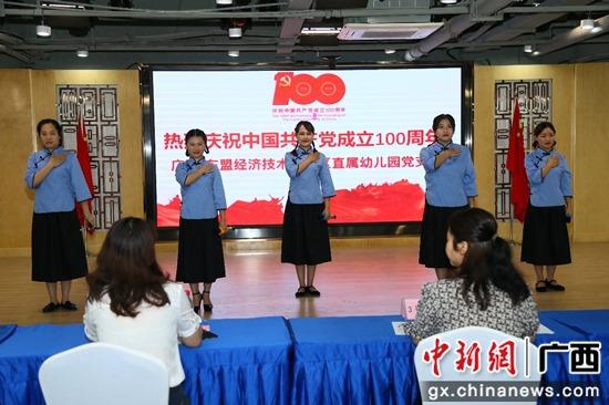 图为:参赛选手在舞台上讲述红色故事 潘志安 摄