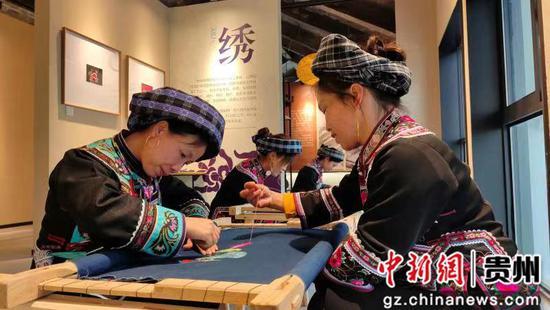 贵州册亨:2400多名妇女绣出新生活
