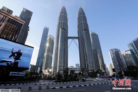 當地時間6月1日,馬來西亞政府正式實施為期14天的全國全面封鎖。28日,馬來西亞總理府發表聲明稱,為更好防控疫情,從6月1日起全國將進入全面封鎖期,為期14天。聲明稱,從6月1日至14日,將全面封鎖馬來西亞全國社交與經濟領域,除國安會所列出的關鍵經濟與服務領域外,所有領域都將停止運行。圖為馬來西亞首都吉隆坡街道上空無一人。