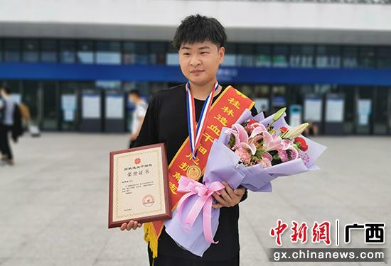 图为谢雯聪成功捐献干细胞后乘车平安回到桂林。唐清 摄