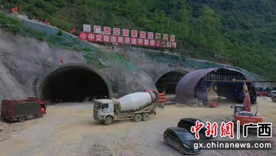 天(峨)巴(马)高速路建设者全力奋战 加快施工进度