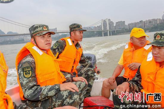 武警官兵苦練沖鋒舟駕駛鍛造水上救援尖兵