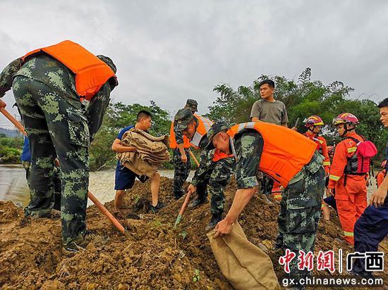 暴雨导致上林县庄稼受损 武警官兵紧急出动