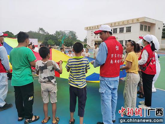 崇左供电局志愿者到特殊学校开展儿童节活动