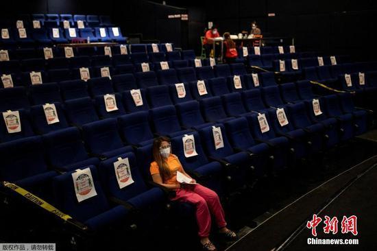 當地時間6月2日,菲律賓馬尼拉,一家電影院成為新冠疫苗臨時接種點。