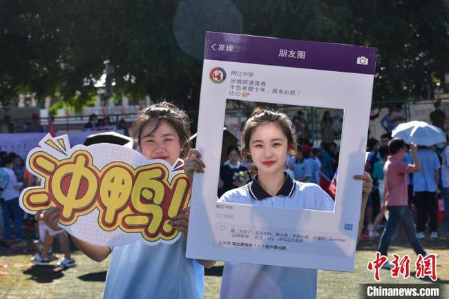 """广西高中举行""""摸龙门""""为高考学子减压"""