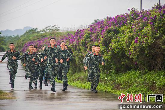 广西来宾武警官兵借花海释放压力(组图)