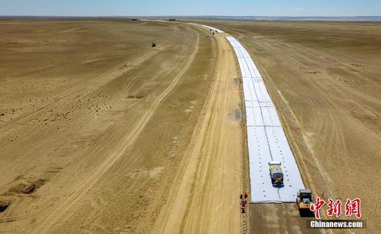 新疆首條沙漠高速公路建設提速 力爭年內完工