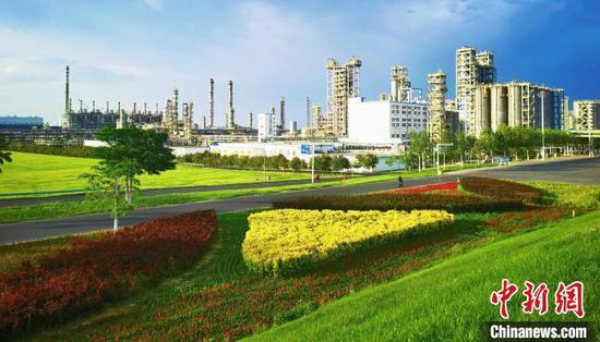 独山子石化厂区景色。 史玉江 摄
