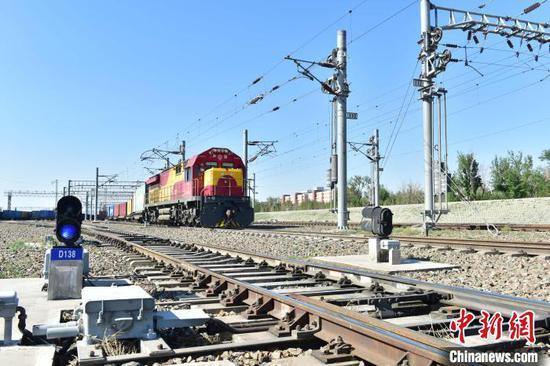 一列中欧班列开出了阿拉山口站宽轨场。 胡志刚 摄