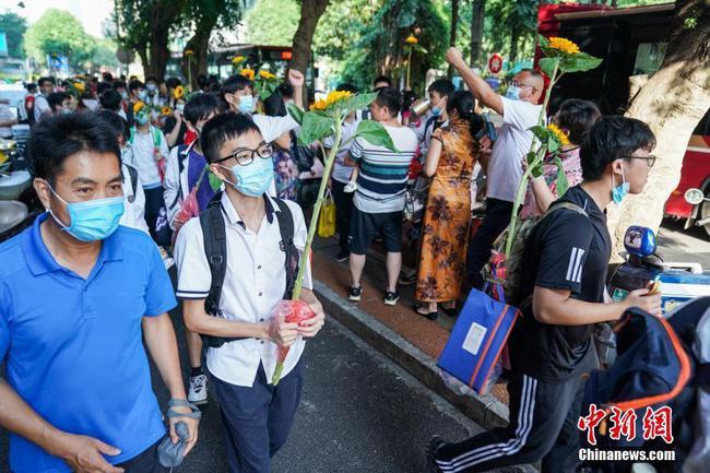 广西40.05万人参加高考统考 考生手持葵花进考场