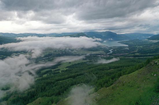 航拍云霧中的喀納斯仙境