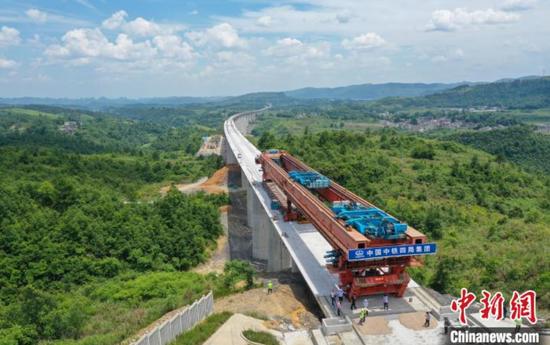 贵南高铁贵州段最长桥梁顺利合龙