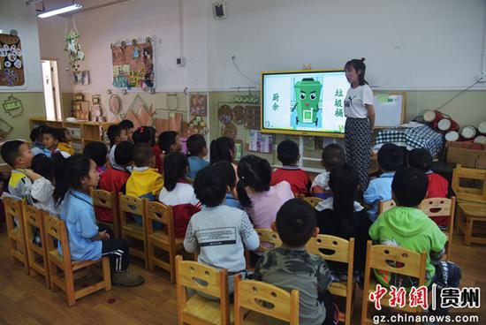 图为贵州省铜仁市江口县第一小学学生在县城区公园清理环境卫生。