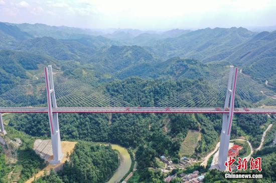 贵州都安高速云雾大桥进行840吨荷载试验