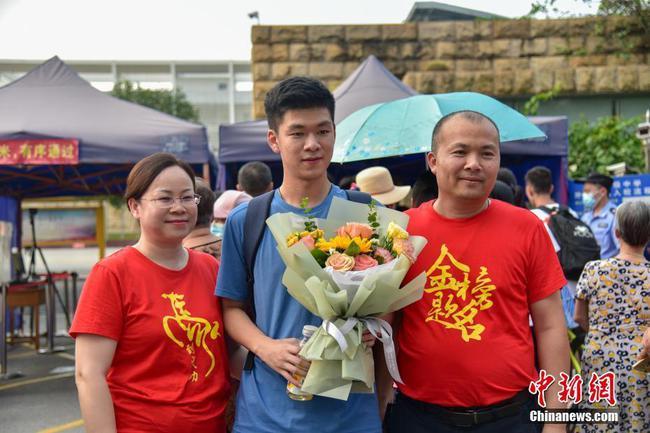 广西高考结束 家人手捧鲜花场外迎接