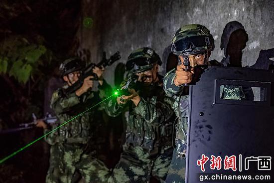 武警官兵運用戰術隊形搜索目標區域。湯斌 余海洋  攝影報道