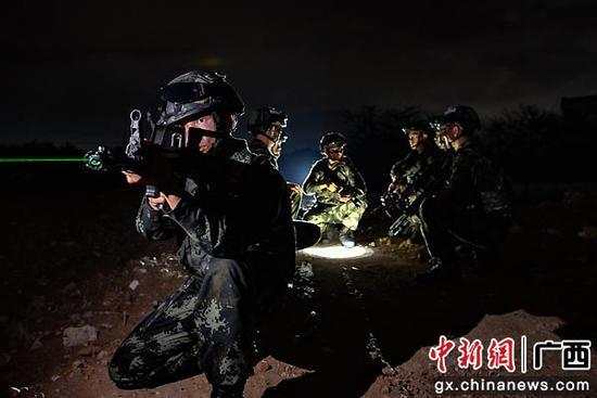 6月8日,武警官兵進行戰斗部署。湯斌 余海洋  攝影報道