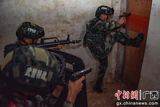 武警官兵破門突擊。湯斌 余海洋  攝影報道