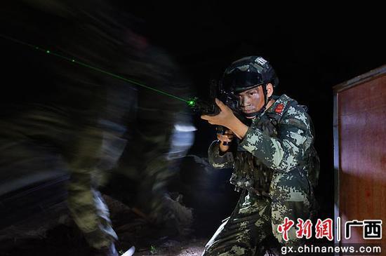 一名武警官兵掩護隊友追擊目標。湯斌 余海洋  攝影報道