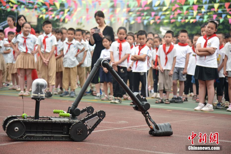 广西警营开放日走进小学 铁警展示无人机反制