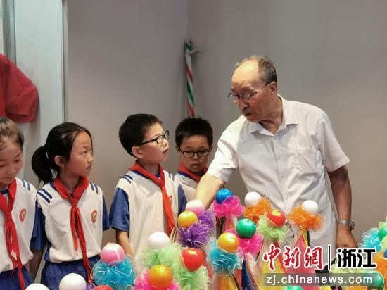 """吴益清教孩子们扎""""花龙船"""" 戴睿供图"""