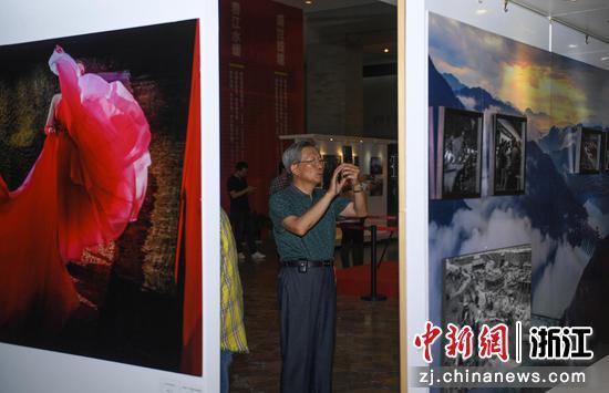 一位市民在展览现场参观、拍照。 王刚供图