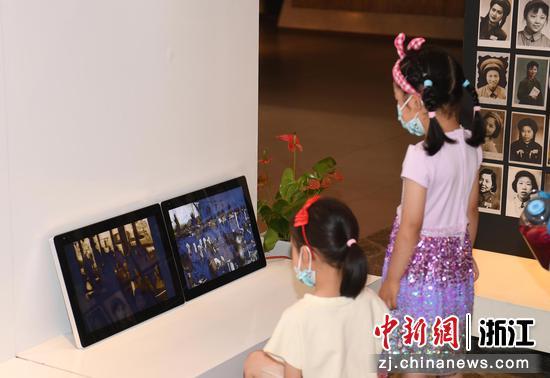 两位小朋友在观看革命历史资料。 王刚供图
